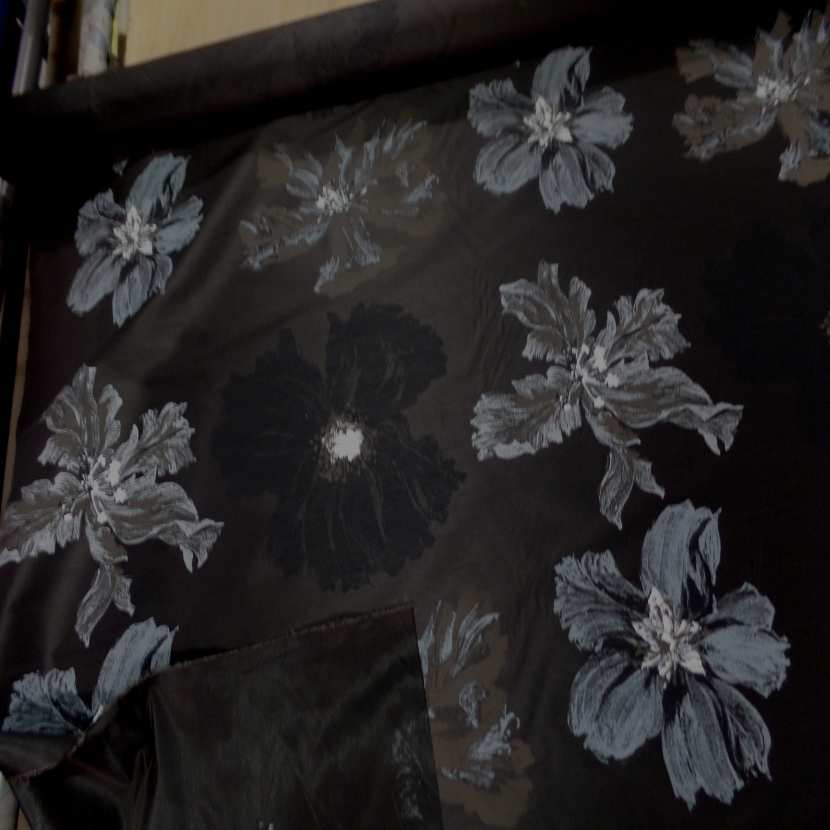 Taffetas d ameublement changeant marron noir imprime grosses fleurs taupe gris1