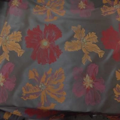 Taffetas d ameublement marron imprime grosses fleurs rouge et jaune safran