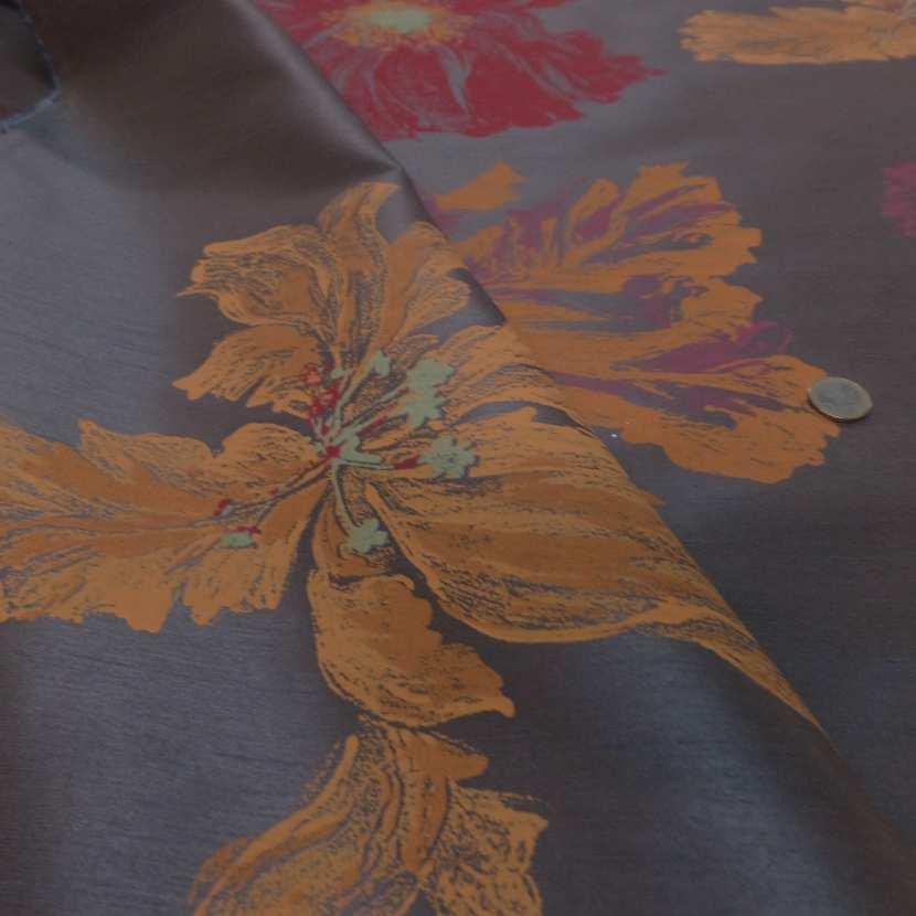 Taffetas d ameublement marron imprime grosses fleurs rouge et jaune safran00