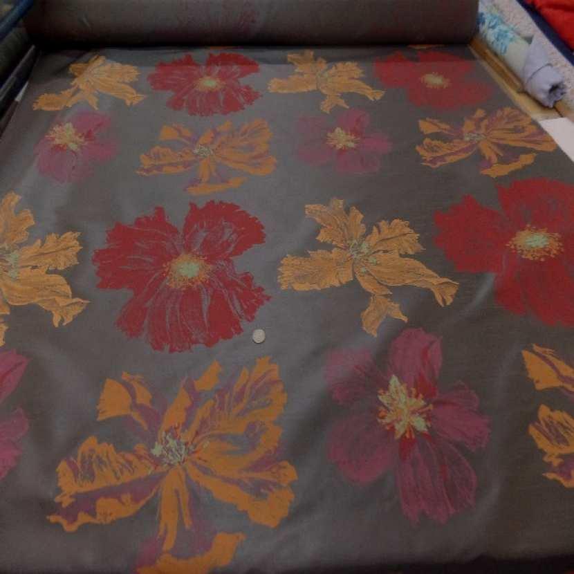 Taffetas d ameublement marron imprime grosses fleurs rouge et jaune safran3