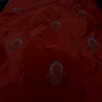 Taffetas d ameublement rouge avec motifs brodes en 2 90m de l