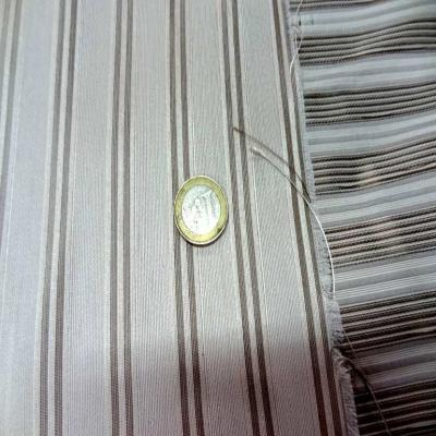 Taffetas de soie 100 a rayures faconne blanc casse taupe