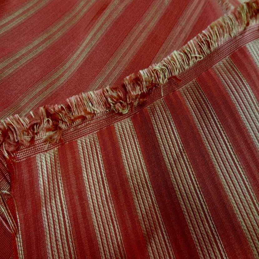 Taffetas de soie 100 a rayures faconne rouge vermillon dore6