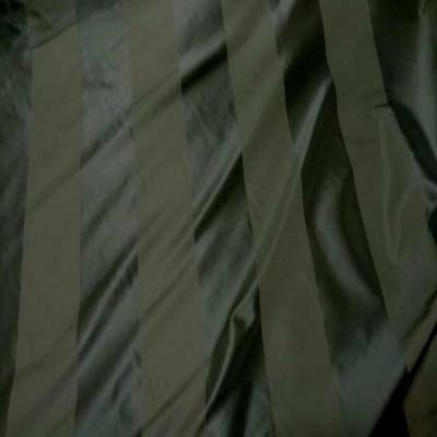 Taffetas de soie raye ton vert kaki