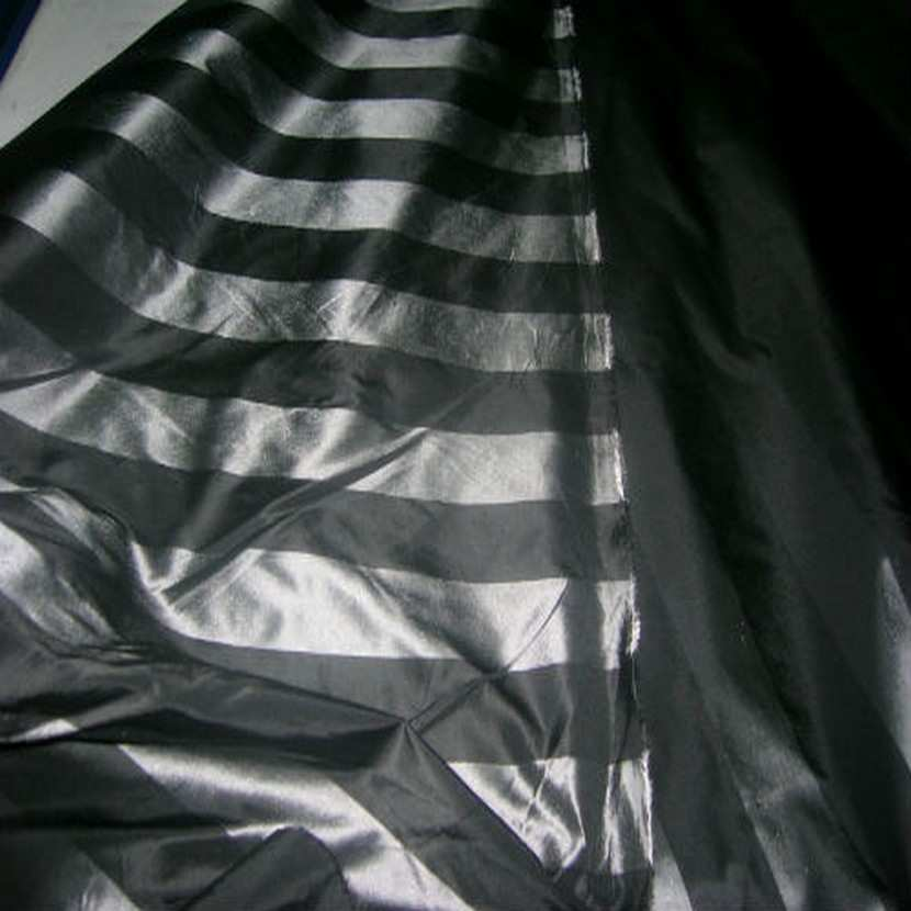 Taffetas raye noir et gris metal