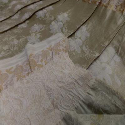 Taffetas ton beige dore plisse avec bande elastique brode