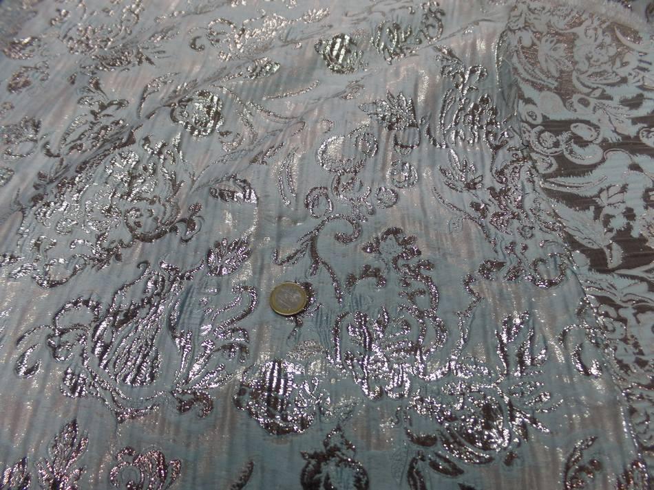 Tissu bleu tres clair faconne motif en relief en lurex dore08
