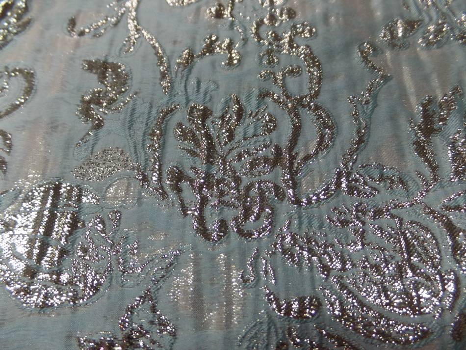 tissu bleu très clair façonné motif en relief en lurex doré en ligne