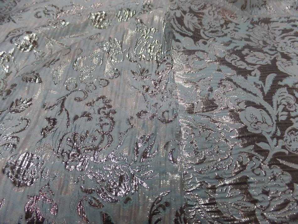 Tissu bleu tres clair faconne motif en relief en lurex dore7