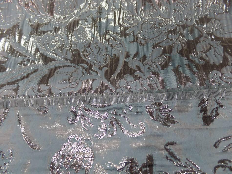 tissu bleu très clair façonné motif en relief en lurex doré pas cher