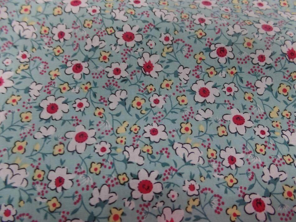 Tissu coton popeline bleu lagon imprime liberty fleurs ton blanc et rouge