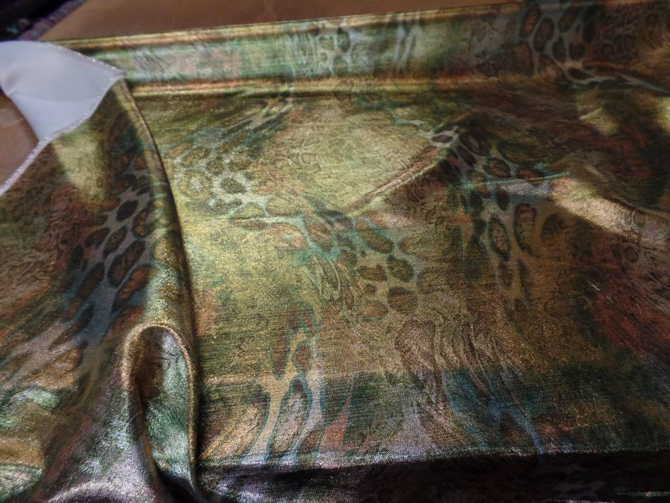 vente de Tissu lurex motifs serpent ton kaki doré métal
