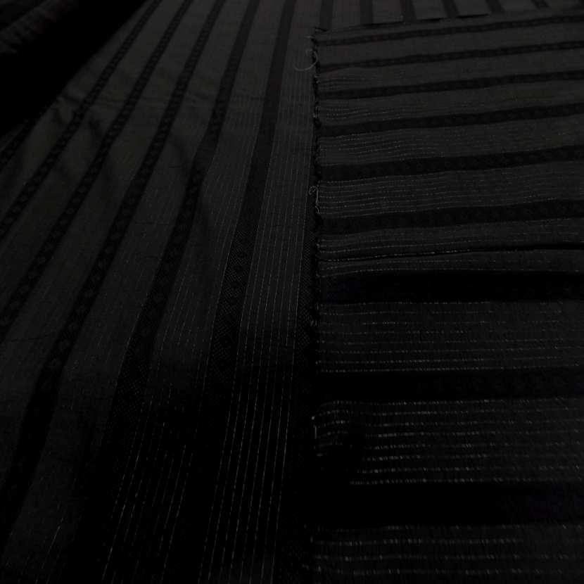 Tissu noir a rayure en lurex ton metal4