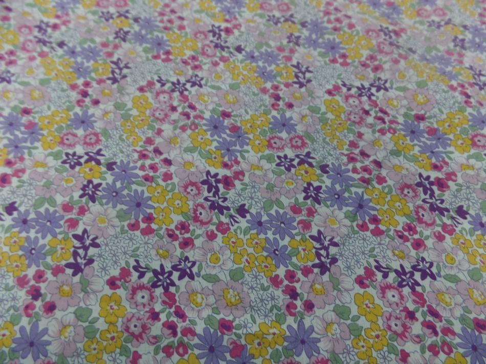 Tissu popeline coton blanche imprime liberty fleurs mauve vert jaune et rose