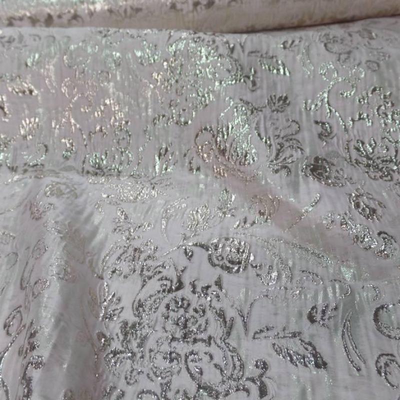 Tissu rose très clair façonné motif en relief doré