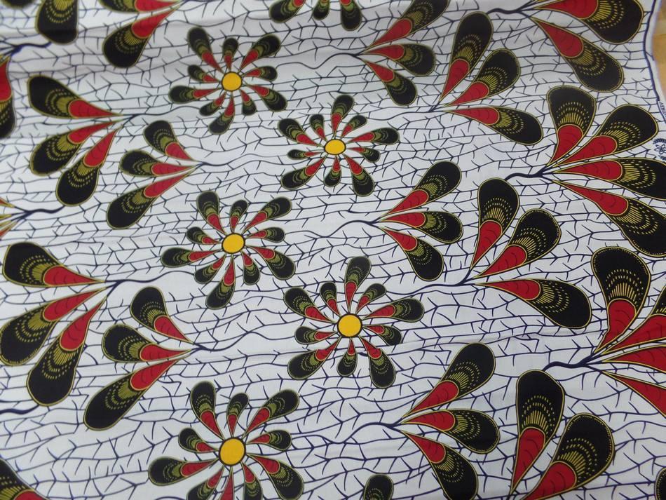 vente de Tissu wax blanc imprimé fleurs ton bordeaux noir jaune soleil sur Marseille