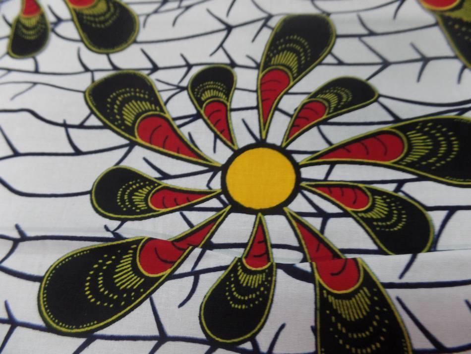 achat, vente de Tissu wax blanc imprimé fleurs ton bordeaux noir jaune soleil