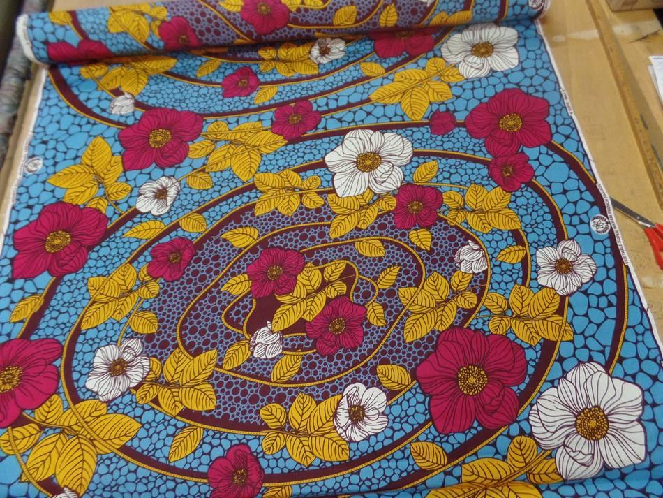 Tissu wax imprime fleurs ton bordeaux bleu safran blanc