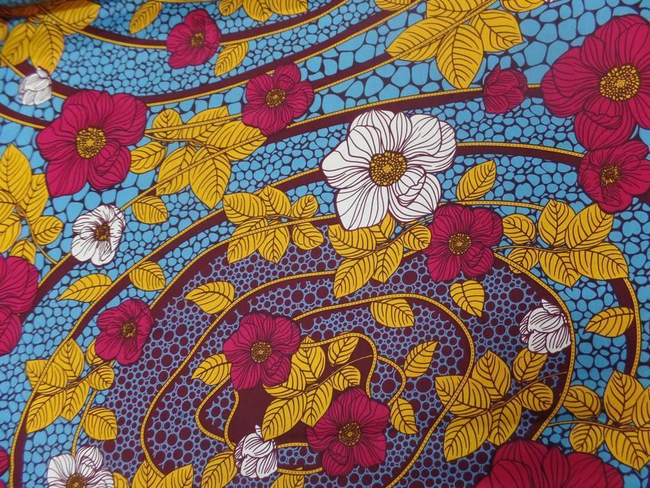 vente tissu wax imprimé fleurs ton bordeaux ,bleu ,safran ,blanc en ligne