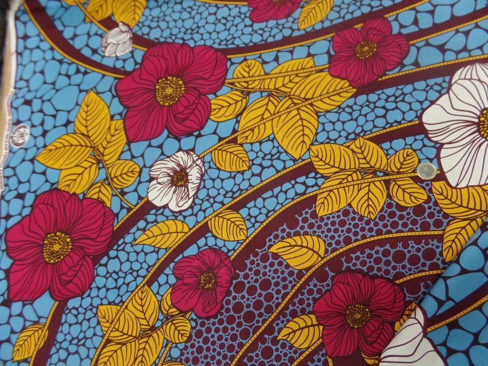 vente tissu wax imprimé fleurs ton bordeaux ,bleu ,safran ,blanc a Marseille