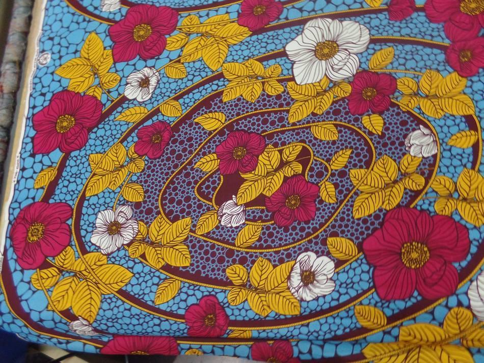 tissu wax imprimé fleurs ton bordeaux ,bleu ,safran ,blanc pas cher
