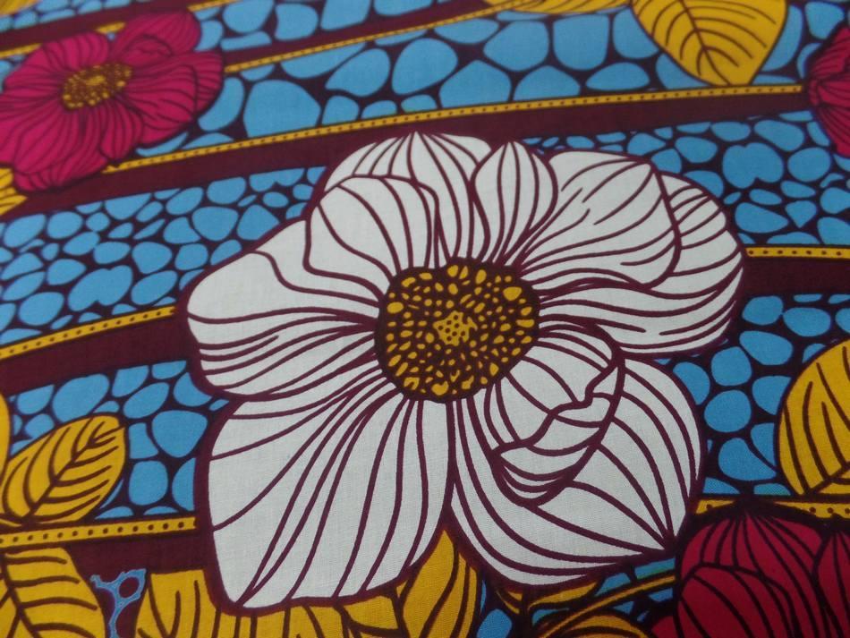 vente tissu wax imprimé fleurs ton bordeaux ,bleu ,safran ,blanc