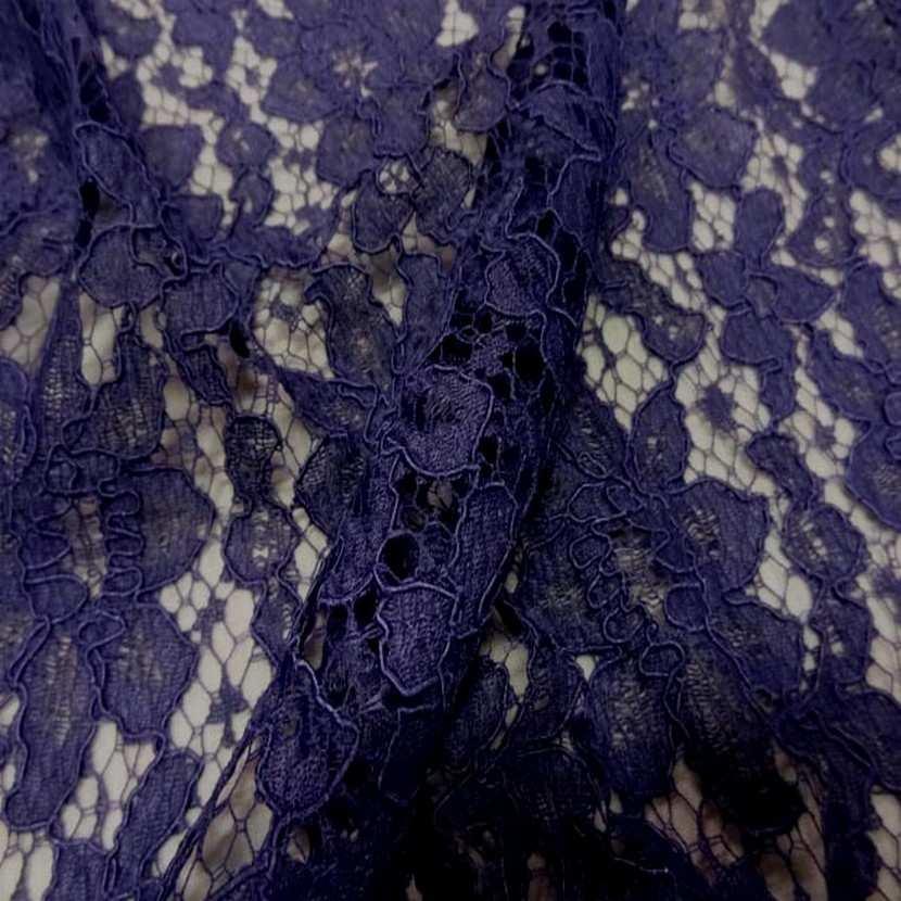 Tres belle dentelle guipure violette
