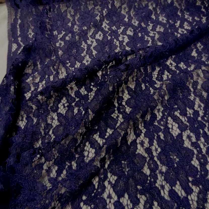 Tres belle dentelle guipure violette1