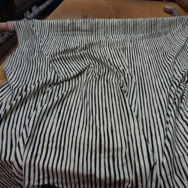 tissu viscose imprime rayures noir blanc cassé