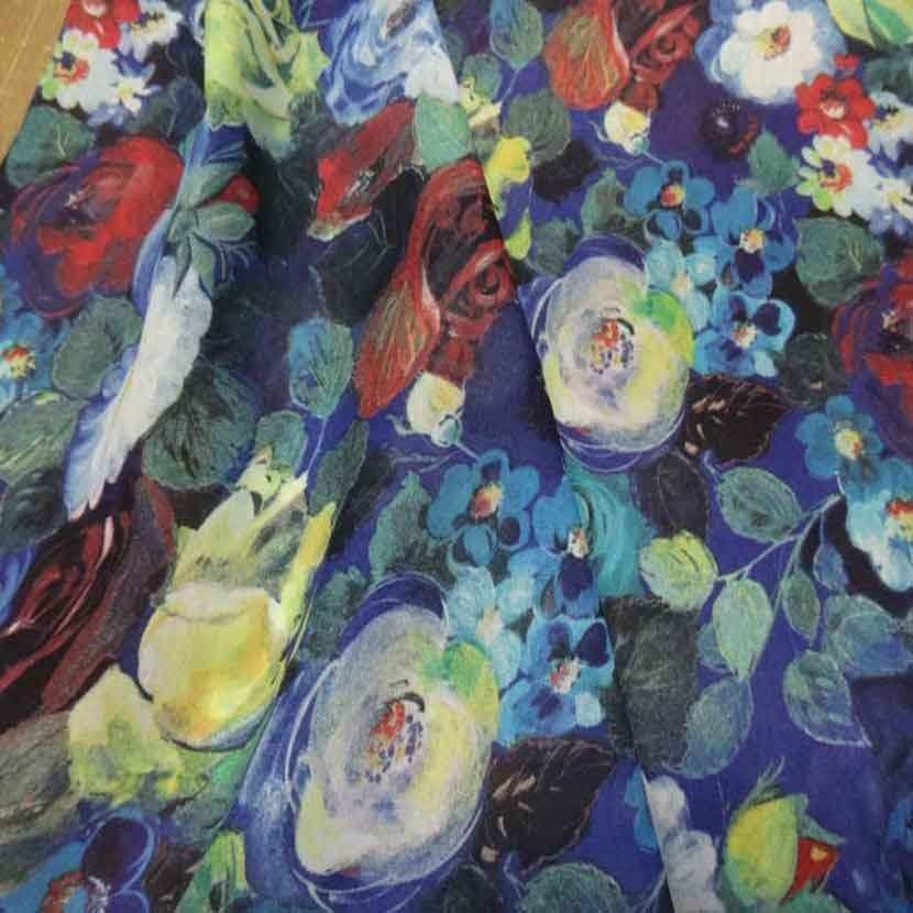 Voile de coton soie sur fond bleu imprime fleurs1