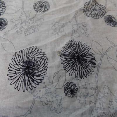 Voile de lin lurex blanc a motifs aspect devore en velours noir6