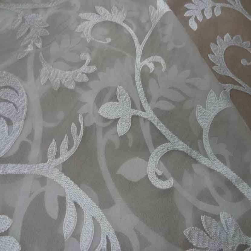 Voile de soie 100 ecrue a motifs brode blanc