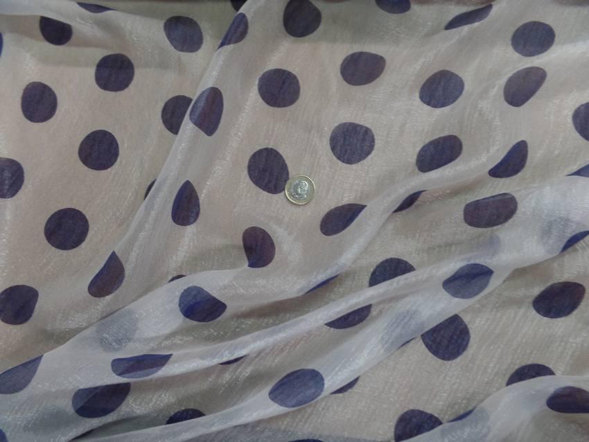 Voile de soie brillant blanc a pois bleu5