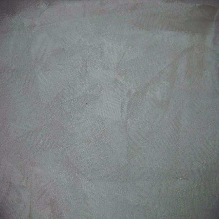 Voile de soie faconne froissee permanent feuillage blanc argent